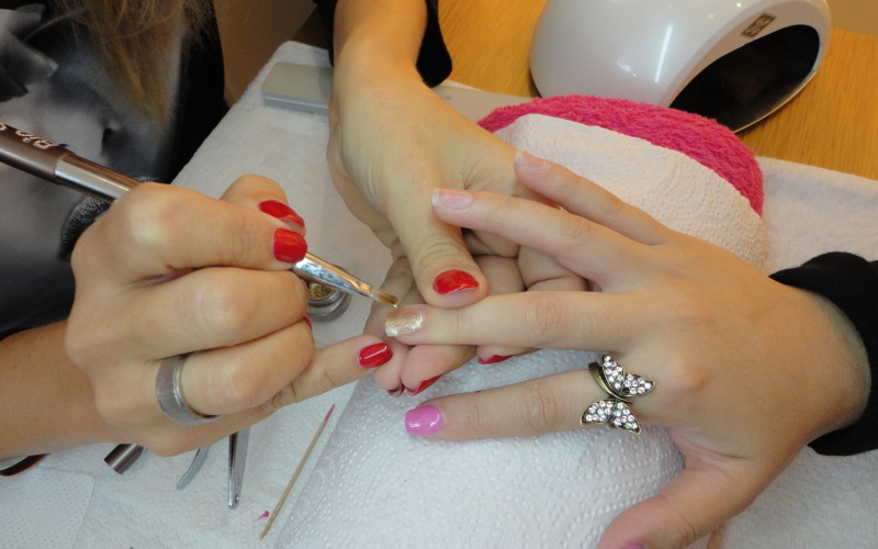 Causas do gel descolar das unhas