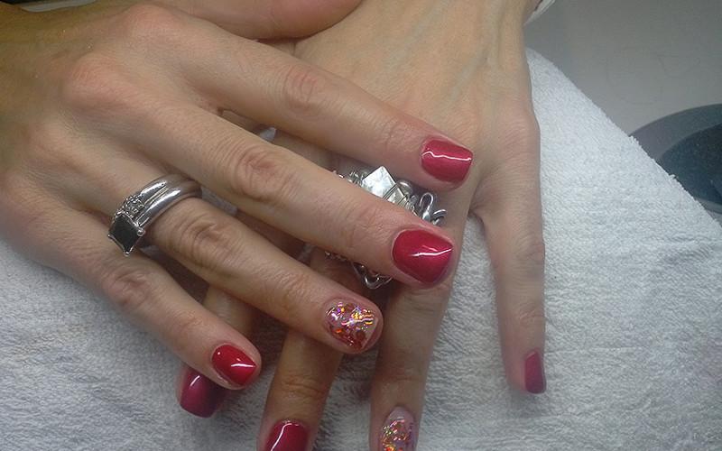 Unhas de gel com Andreia nº 256 e SB Nails Gel Decor Vermelho